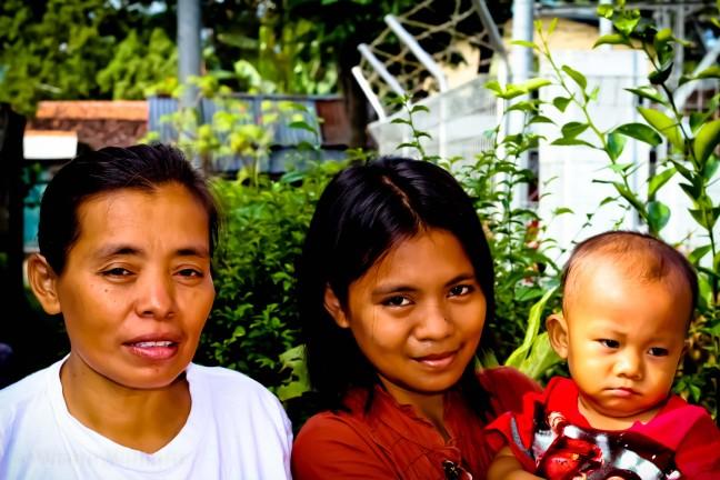 Tiga Generasi - Mbak Saroh bersama anak dan cucunya
