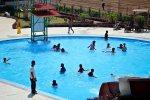Bermain air di kolam renang