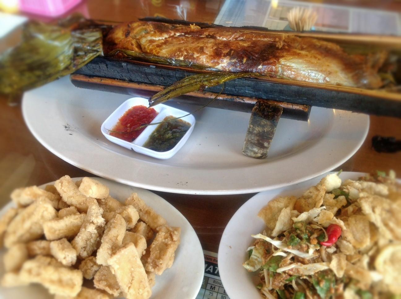 Ikan Bakar dalam Bambu Karimata dan Pasar Apung Sentul