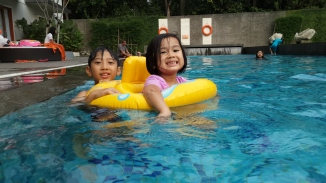 Berdua bermain di kolam renang