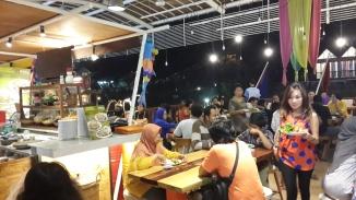 Suasana malam di Ah Poong