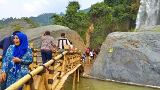 Jembatan menuju Air Terjun