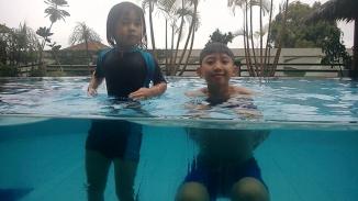 Aila dan Rayyan di kolam