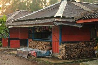 Menjual kayu bakar