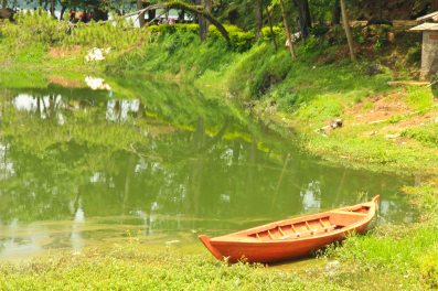 Perahu di tepi Situ