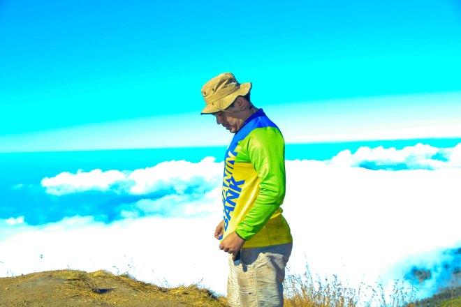 Berdiri di atas awan